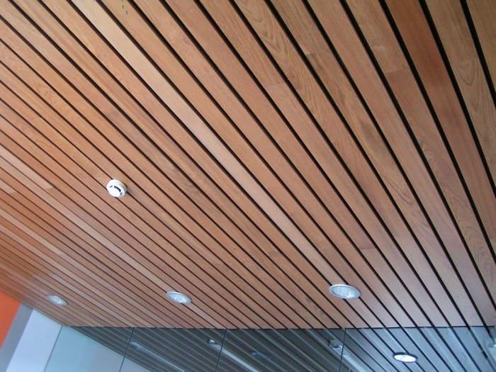 Деревянный подвесной реечной потолок