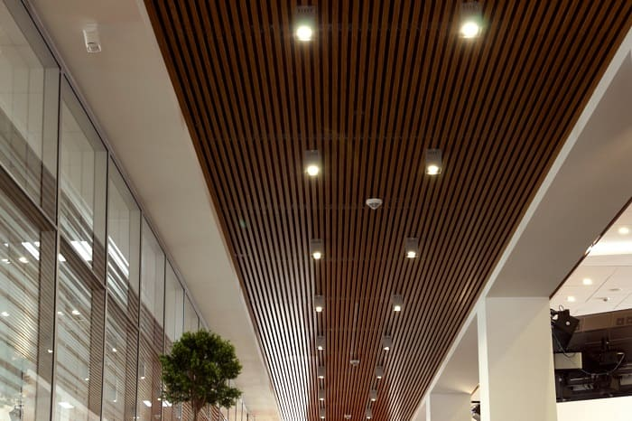 Реечные подвесные потолки: плюсы и минусы материалов декоративного полотна